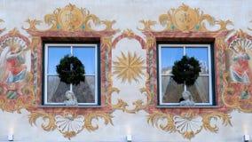 在大厦的圣诞节装饰在圣沃尔夫冈在奥地利 图库摄影