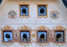 在大厦的圣诞节装饰在圣沃尔夫冈在奥地利 库存图片