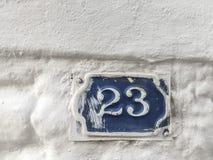 在大厦的墙壁上的二十三个门数字 免版税库存照片