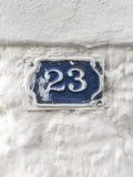 在大厦的墙壁上的二十三个门数字 免版税库存图片