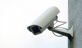 在大厦的墙壁上的照相机监视 免版税库存图片