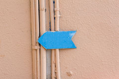 在大厦的墙壁上的蓝色箭头 免版税库存照片