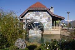 在大厦的墙壁上的水车在爱德乐 图库摄影