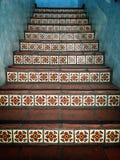 在大厦的墨西哥瓦片台阶 免版税库存图片