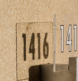 在大厦的外墙上附有的数字 免版税库存图片