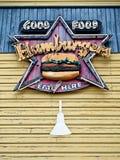 在大厦的好食物汉堡包标志 免版税库存照片