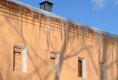在大厦的屋顶的冰柱 库存图片