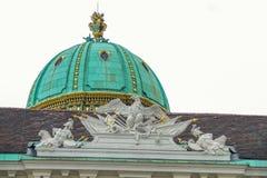 在大厦的屋顶的古老雕塑 免版税库存照片