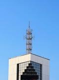 在大厦的屋顶的天线 库存照片