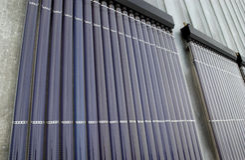 在大厦的屋顶的太阳电池板 免版税库存照片