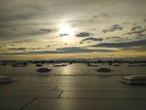 在大厦的屋顶的通风孔,通风系统,提供温暖的排气口 免版税库存图片