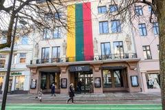 在大厦的巨大的Lihtuanian旗子 库存图片