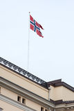 在大厦的挪威旗子 库存图片