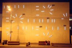 在大厦的整个墙壁上的原始的时钟 免版税图库摄影