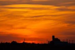 在大厦的橙色,红色日落 库存图片