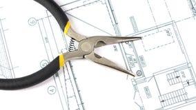 在大厦的灰色和黄色圆鼻子钳子计划 影视素材