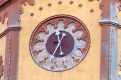 在大厦的老时钟 图库摄影