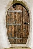 在大厦的老木门 免版税库存图片