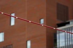 在大厦的背景的撑竿跳高标志横线 免版税库存图片