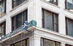 在大厦的脚手架在迪尔伯恩和麦迪逊在芝加哥 图库摄影