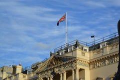 在大厦的英国旗子 库存图片