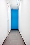 在大厦的蓝色走廊 免版税库存图片
