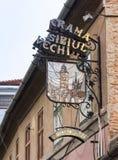 在大厦的装饰餐馆标志在锡比乌市在罗马尼亚 免版税图库摄影