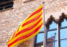 在大厦的西班牙旗子 免版税库存照片