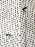 在大厦的角落安装的两台照相机 库存图片