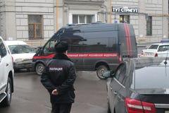 在大厦的警察,他们找到汽车凶手涅姆佐夫 免版税库存照片