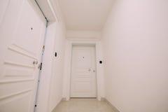 在大厦的走廊 白色楼梯 有d的内部走廊 库存图片