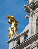在大厦的金黄雕象在安特卫普 库存照片
