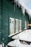 在大厦的长的冰柱 免版税库存图片