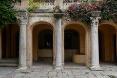 在大厦的门面的三个古老专栏 库存图片