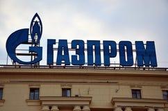 在大厦的门面的俄罗斯天然气工业股份公司商标 库存照片
