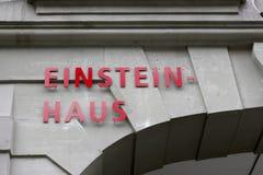 在大厦的门面的红色信件 免版税库存照片