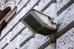 在大厦的门面的街道反射器 免版税库存图片