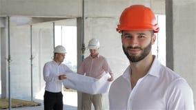 在大厦的建筑工程师姿势建设中 股票视频