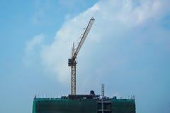 在大厦的建造场所的起重机 免版税图库摄影