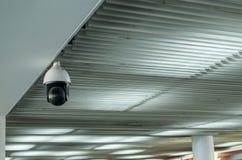 在大厦的CCTV在机场终端,保密性的安全监控相机显示器 免版税库存照片