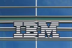 在大厦的IBM商标 库存照片