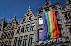 在大厦的LGBT巨大的旗子 图库摄影