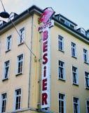 在大厦的Retro Agfa Photo Company标志在威斯巴登德国 免版税图库摄影