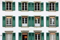 在大厦的Windows在伯尔尼 免版税库存图片