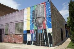 在大厦砖墙上的街道画  库存照片