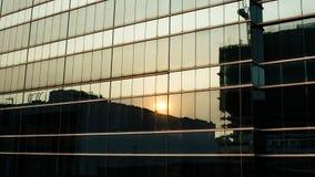 在大厦窗口的日落反射 免版税库存照片