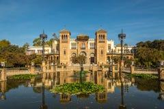 在大厦艺术馆的看法与喷泉的在塞维利亚,西班牙 免版税库存照片