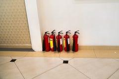 在大厦走廊的灭火器 消防设施 免版税图库摄影