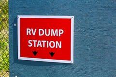 在大厦边缘的一个RV转储驻地标志 免版税库存照片
