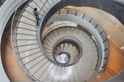在大厦里面的一部螺旋形楼梯 库存照片
